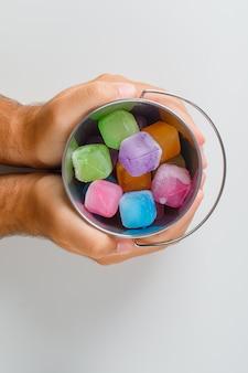 スナック時間の概念のトップビュー。お菓子のバケツを両手。