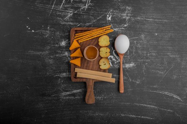 Разновидности закусок на деревянных тарелках посреди стола