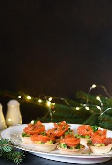 新年のテーブルでサーモンとアボカドンをおやつ。