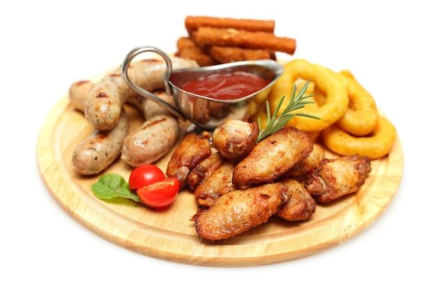 Закуски - куриное крылышко, колбаса и кольца кальмаров