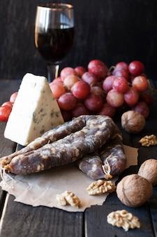 와인 간식, 곰팡이가 든 치즈, 핑크 포도, 호두 및 마른 소시지