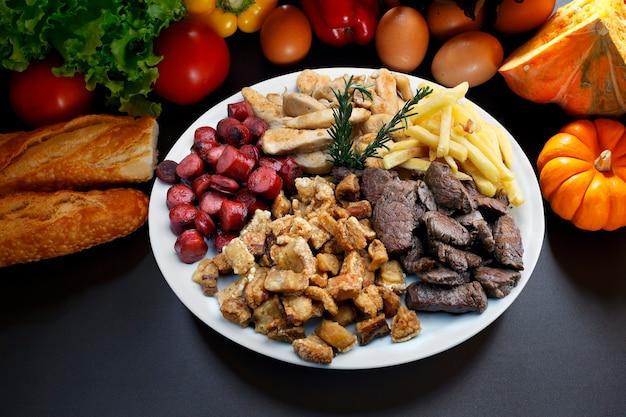 スナック肉、ジャガイモ、ソーセージ、パチパチ