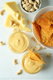 白い木製のテーブルにチーズソースとスナック