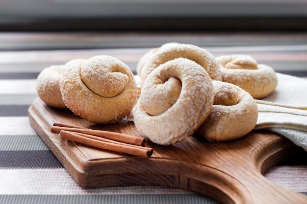 木の板にシナモンとカタツムリのシュガークッキー