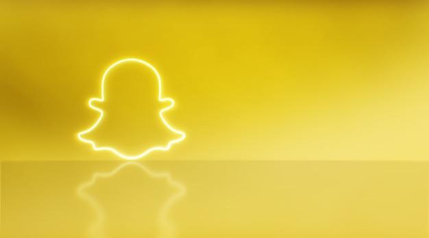 텍스트와 그래픽을 위한 공간이 있는 네온의 snapchat 로고. 노란색 배경입니다.