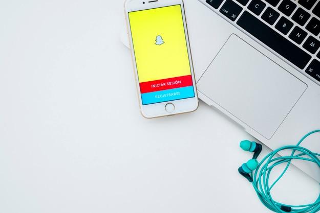 Ноутбук, телефон, наушники и snapchat