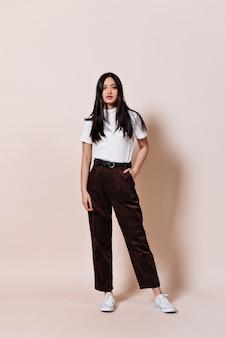 茶色のズボンと白いtシャツのアジアの女性のスナップショット