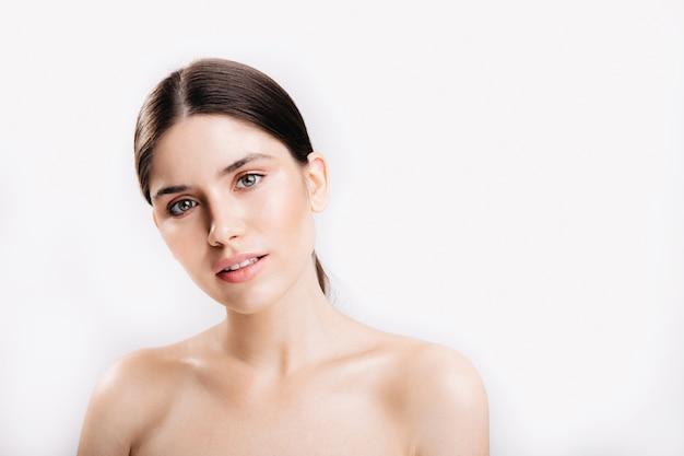 Снимок женщины без макияжа. дама с зелеными глазами с легкой улыбкой