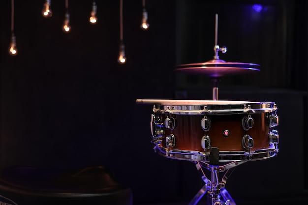 복사 공간이 어둠 속에서 스네어 드럼. 뮤지컬 창의성 개념.
