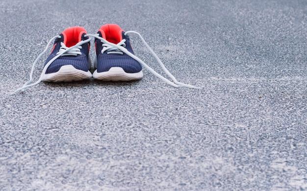 Scarpe da ginnastica su asfalto
