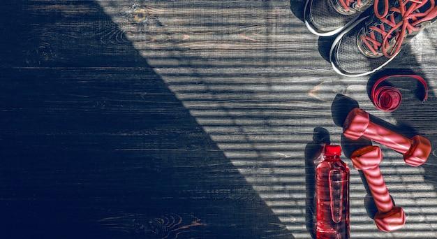 Кеды, гантели и бутылка воды. плоский вид. все в одном цвете.