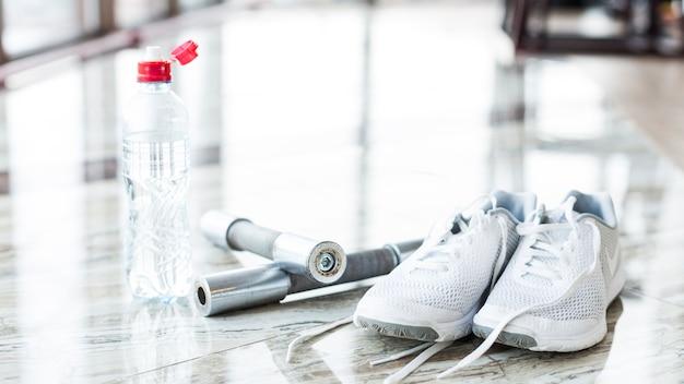Scarpe da ginnastica e manubri in palestra
