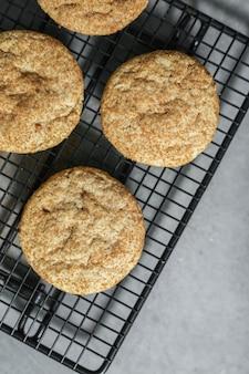 焼きたてのsnickerdoodleクッキーのクローズアップ