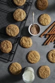 ミルクとsnickerdoodleクッキーのクローズアップ