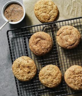 トレイの上のsnickerdoodleクッキーのクローズアップ