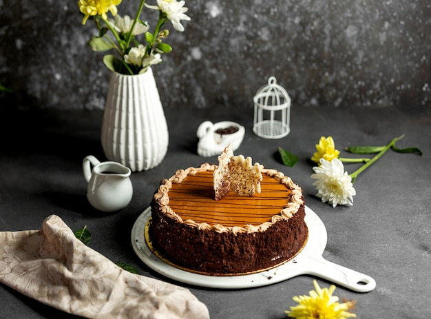 Сникерс торт с карамельным сиропом сверху