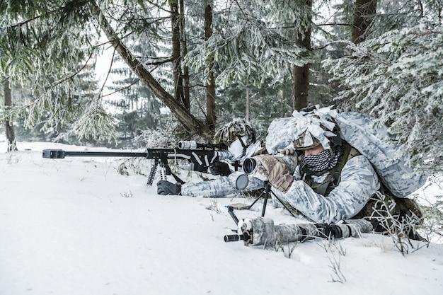 北極圏のどこかの狙撃兵とスポッター