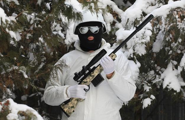 Снайпер в лесу зимой