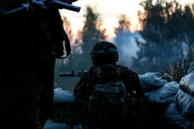 大口径、狙撃ライフルで武装したスナイパーチーム