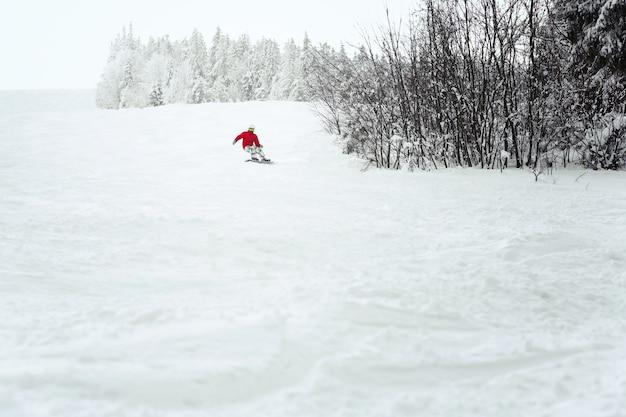 Snoboarderは雪の上に降りる船体を作る