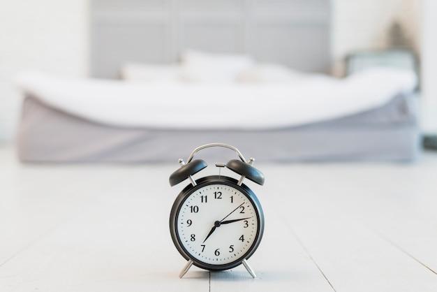 Дремать на полу возле кровати с белым бельем