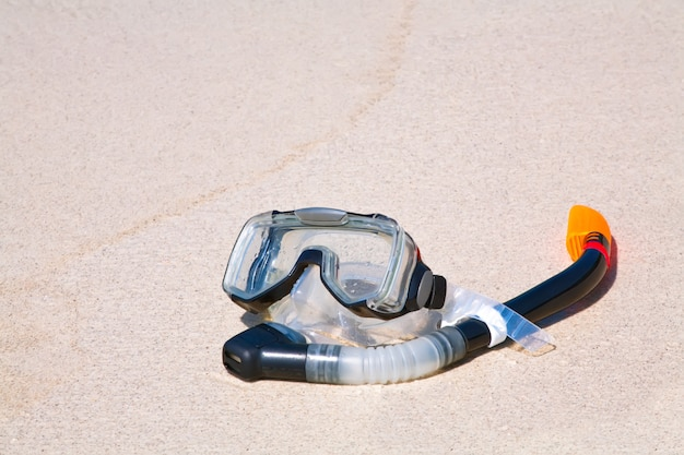 Трубка и маска на песке