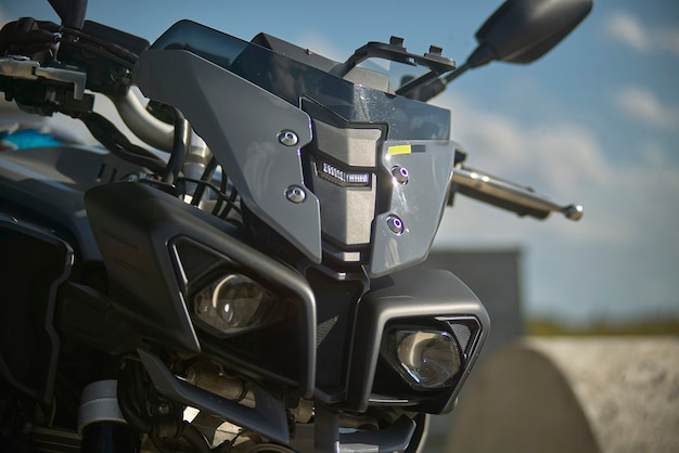 目を引くスポーティなデザイン、レンチキュラーライトのディテールを備えたモダンなバイクのスナウトとフェアリング。