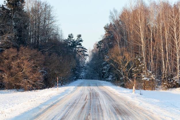 霜が降りた後の雪。被写界深度が浅いクローズアップ