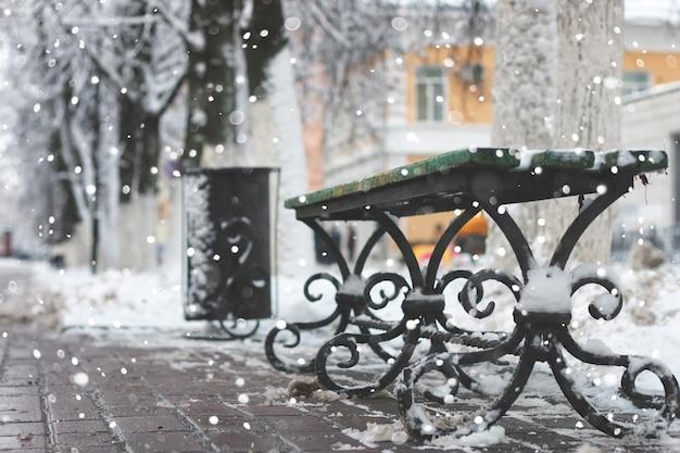 スノーベンチ冬の歩道