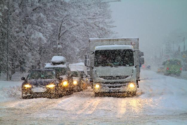 도로에 눈 재해, 폭설로 도로 교통이 제한되었습니다. 고속도로에서 눈보라와 강설량 겨울 날씨입니다.
