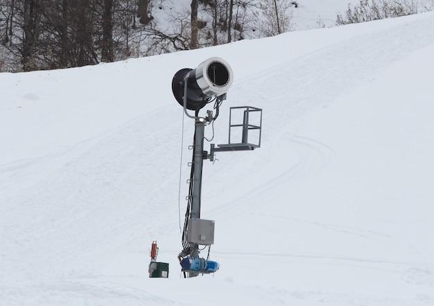 山の中の雪の大砲。スキーリゾートの風景。