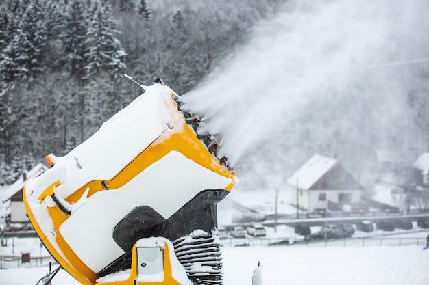 スキーヤーとスノーボーダー、人工雪のための斜面や山を雪が降る雪の大砲、機械または銃
