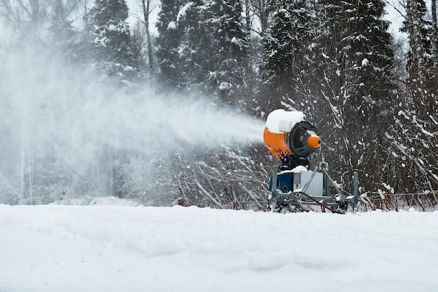 스키 슬로프에 신선한 눈을 뿌리는 스노우 캐논.