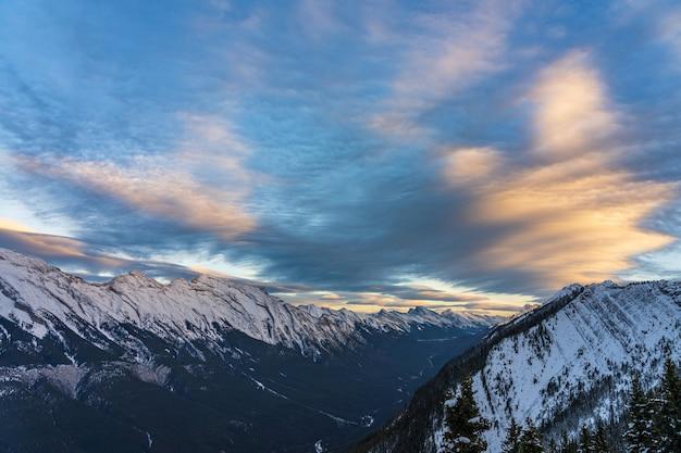 겨울 캐나다 로키 산맥의 황혼 밴프 국립 공원에 있는 눈 덮인 마운트 런들 산맥