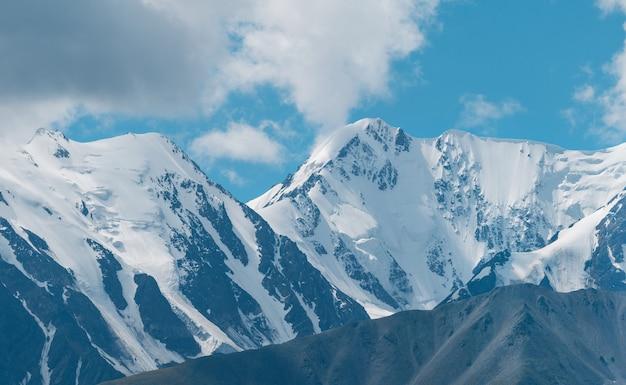 雪をかぶった山頂