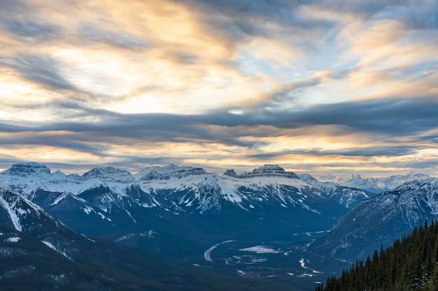 겨울 캐나다 로키 산맥의 아름다운 황혼 밴프 국립공원의 눈 덮인 산맥