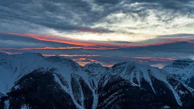 겨울 캐나다 로키 산맥의 황혼 밴프 국립 공원에서 눈 덮인 산맥