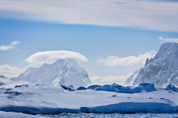 Заснеженные горы в антарктиде