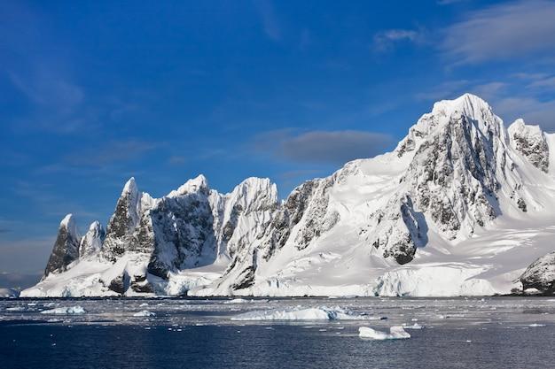 Заснеженные горы в антарктиде Premium Фотографии