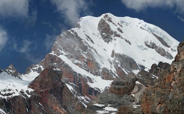 タジキスタンのパミール山脈の雪をかぶった山頂