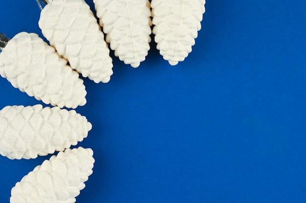 青い空間に雪の円錐形。高品質の写真