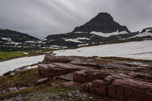 雪は曇った空、ロガンパス、氷河国立公園、氷河郡、モンタナ