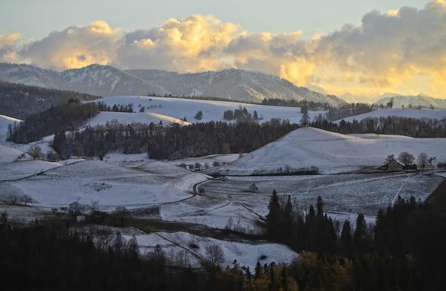 昼間は雪に覆われた山