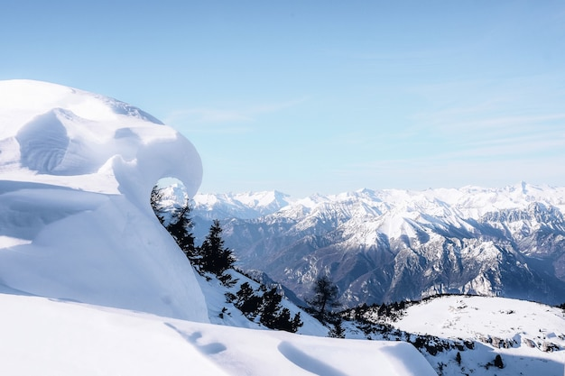 Заснеженная гора под голубым небом