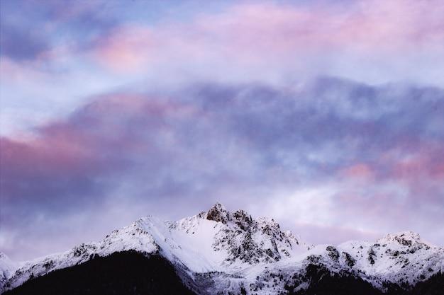 曇り空の下の雪に覆われた山