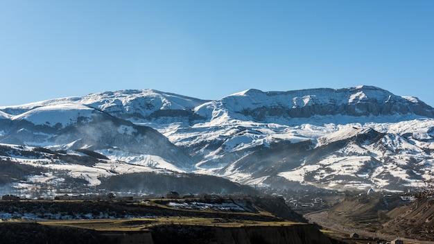 雪に覆われた山頂、冬の山々