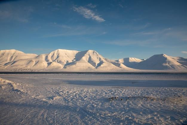 スバールバル諸島のロングヤービーエンから見た雪に覆われた山々。