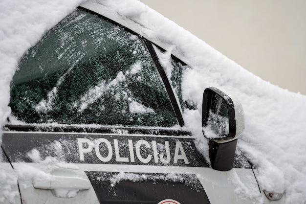 주차장에 있는 눈 덮인 경찰차, 리가, 라트비아