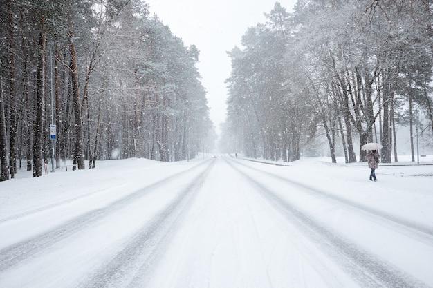 Заснеженная дорога во время снегопада.