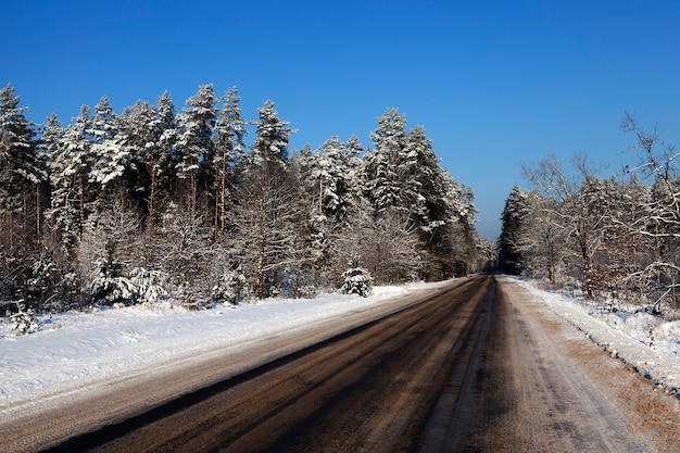 冬季の雪道。クローズアップ写真